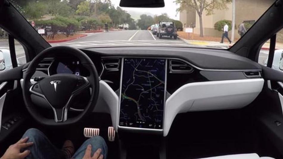 Die Wettbewerbszentrale stellt u.a. Werbung mit »Autopilot« und »autonomes Fahren« für Fahrzeugassistenz-Funktionen auf den gerichtlichen Prüfstand.