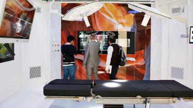 In modernen OP-Sälen arbeiten Mensch und Hightech auf engstem Raum zusammen, das verlangt von allen Beteiligten ein Höchstmaß an Präzision.