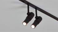 Das FLOS Zero Track-Konzept mit Miniatur-Stromschienen und miniaturisierten Leuchten bietet eine große Gestaltungsfreiheit.