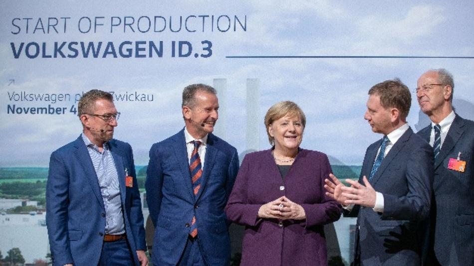 Bundeskanzlerin Angela Merkel auf der Veranstaltung zum Produktionsstart des Volkswagen ID.3. Mit im Bild: Herbert Diess, VW-Konzernchef (zweiter von links), dem sächsischen Ministerpräsidenten Michael Kretschmer (zweiter von rechts), Jens Rothe, Betriebsrat von VW (links) und Hans-Dieter Pötsch, Aufsichtsratsvorsitzender der Volkswagen AG (rechts).
