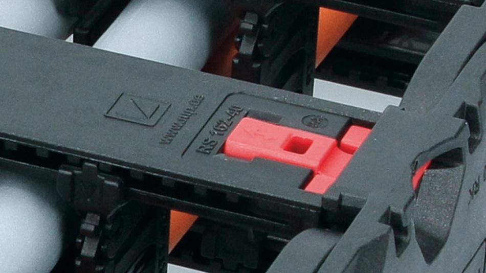 Die Rahmensteg-verriegelung Evolock der MP 420 Evochain ermöglicht ein  einfaches, schnelles und beidseitiges Öffnen und Schließen der Energiekette.