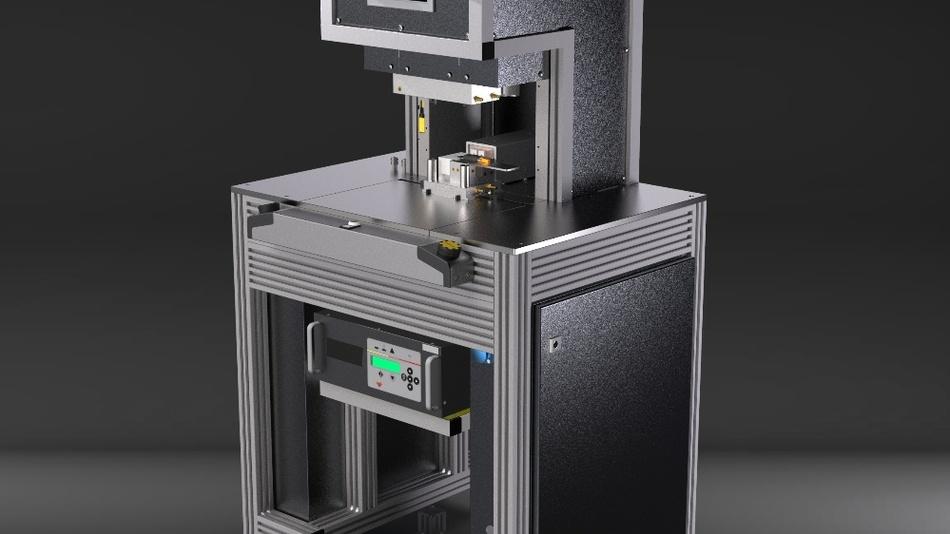 Low-Pressure-Moulding-Maschine von OptiMel mit integriertem Induktions-Equipment zur Realisierung von Metall-Haftung in einem Prozessschritt.