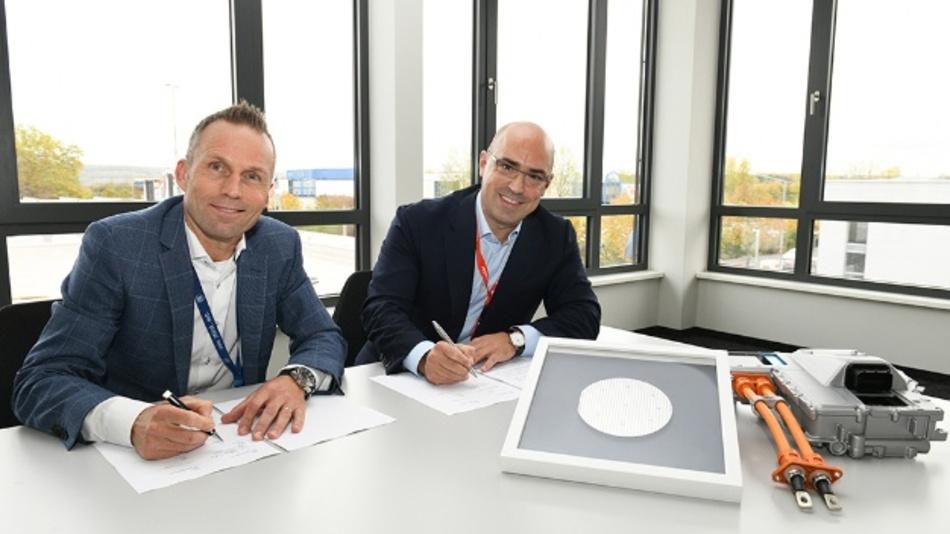 Jörg Grotendorst, Head of ZF Division E-Mobility and Cengiz Balkas, Senior Vice President und General Manager of Wolfspeed unterschreiben den Partnerschaftsvertrag.