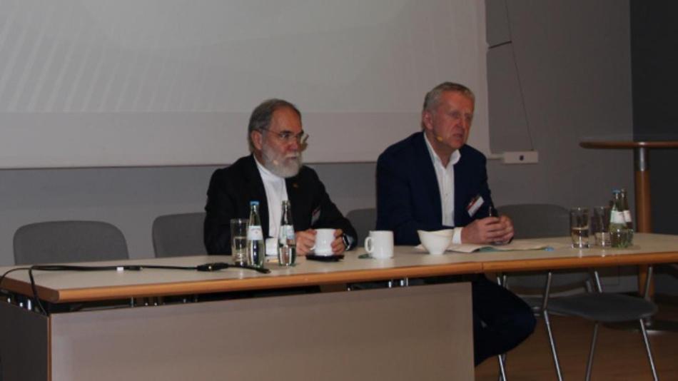Dr. Joseph Reger und Rupert Lehner von Fujitsu auf der Pressekonferenz beim Fujitsu-Forum in München.