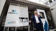 Mikroverfahrenstechnik (IMVT) am Karlsruher Institut für Technologie (KIT) steht vor einer Forschungsanlage, mit der mittels »Power-to-X«-Technologien (P2X) aus Luft und Ökostrom CO2-neutraler Kraftstoff erzeugt werden kann.