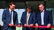 Feierliche Eröffnung: Mit einem Plasmastrahl durchtrennten CEO Christian Buske (Mi.) und seine Söhne Magnus und Lukas Buske (v.li.) das rote Band.