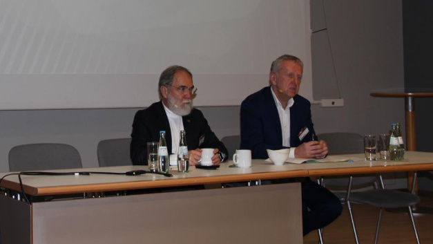 Dr. Joseph Reger (left) and Rupert Lehner, Fujitsu speak to the journalists on Fujitsu-Forum in Munich.