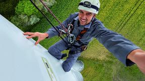 Wer als Service-Techniker an Rotorblättern von WEA arbeitet, muss schwindelfrei sein.