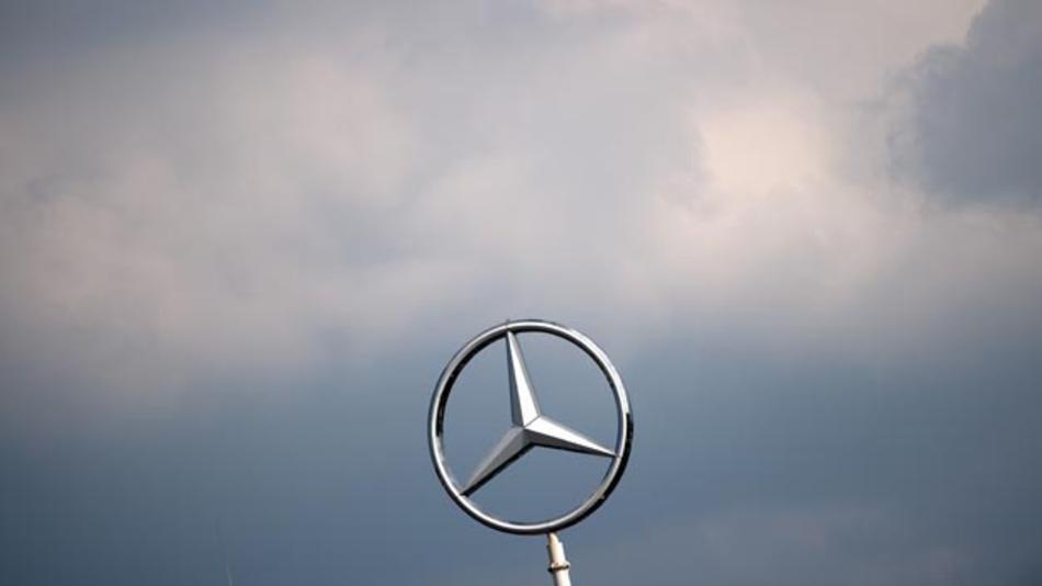 Dunkle Wolken ziehen auf: Im Zuge seines angekündigten Sparprogramms will der Autobauer Daimler laut Betriebsrat weltweit 1.100 Stellen von Führungskräften abbauen.