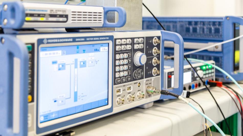 Signalgenerator im Forschungsaufbau für Übertragungen im 300 GHz-Frequenzband.