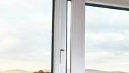 Die Kopp Tür- und Fensterkontakte informieren dank des integrierten Infrarot-Sensors über den Öffnungsstatus von Fenstern und Türen und können mit einem Klebeband leicht befestigt werden.