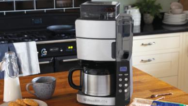 """Die """"Grind & Brew""""-Thermo-Kaffeemaschine mit integriertem konischen Kegelmahlwerk ist zu einem Preis von 199,99 Euro (UVP) im Handel erhältlich. Verfügbar ist außerdem auch eine Variante aus Glas."""