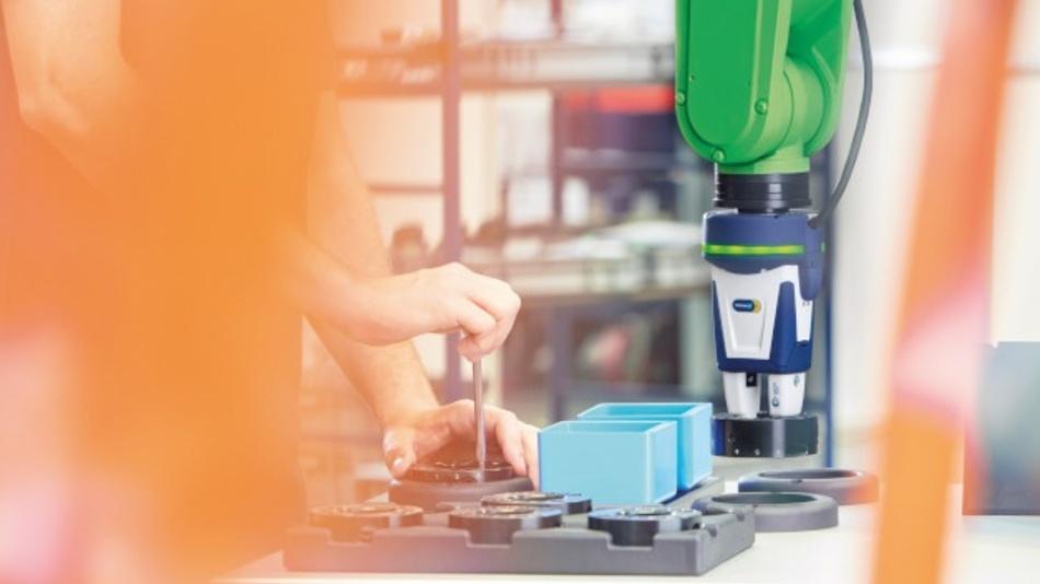 """Der Kleinteilegreifer """"Co-act EGP-C"""" ist als laut Hersteller Schunk weltweit erster Industriegreifer von der Deutschen Gesetzlichen Unfallversicherung DGUV für den kollaborierenden Betrieb zertifiziert und zugelassen. Angesteuert wird er über digitale I/O."""