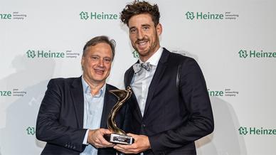 Kay Berges, Leiter Gira Key Account Management Gesamt, und Julian Waning, Gira Architektur Media Management, nahmen die beiden Awards in Gold im Namen von Gira entgegen.