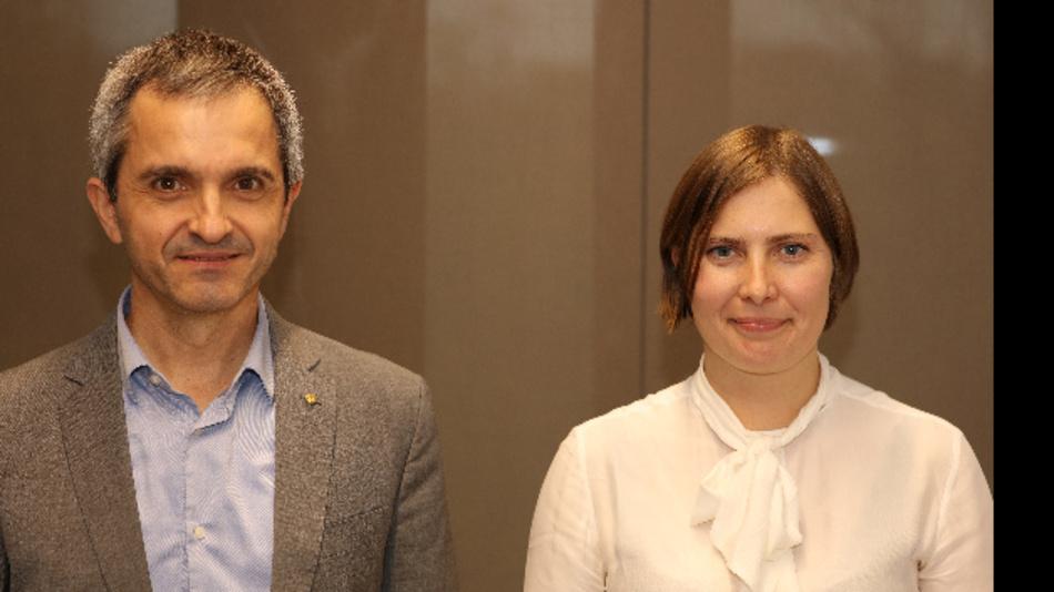 Fernando Rodríguez von der Applikations- und Modellierungsabteilung und Dr. Lucía Cabo, Leiterin der Grundlagenforschung Filmkondensatoren bei TDK, stellten den hochtemmperaturfesten Filmkondensator vor