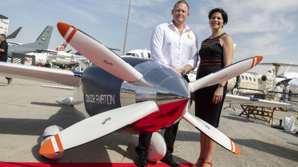 Jeff Zaltman Gründer und CEO von Air Race E und SandraBour-Schaeffler, Head of Airbus Demonstrators, vor dem E-Flugzeug des Teams Condor Aviation.  Jeff Zaltman hat bisher die mit konventionellen »Air Race 1«-Serie organisiert.