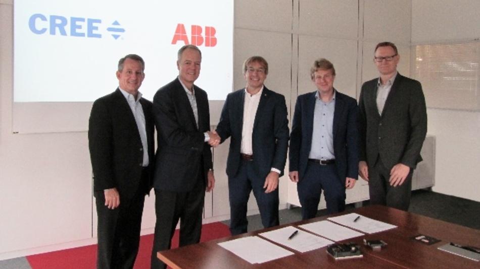 Durch die Zusammenarbeit, die Gregg Lowe (2.v.l.) und Dr. Rainer Käsmeier (3.v.l) unterzeichneten, beschleunigt sich der Markteintritt des Netzgeschäfts von ABB in den wachstumsstarken Sektor der Elektrofahrzeuge.