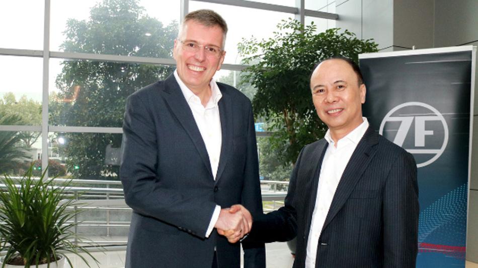 Dr. Holger Klein, Mitglied der ZF-Vorstands (links) und Chen Jiancheng, Chairman von Wolong Electric (rechts).