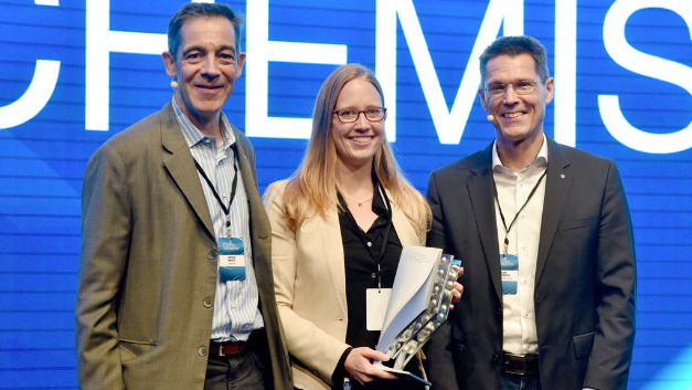Winner Dr. Kimberly See with Dr. Axel Heinrich, Head of Volkswagen Group Innovation (right), and Dr. Detlef Kratz (left), Head of BASF's Process Research and Chemical Engineering research division.