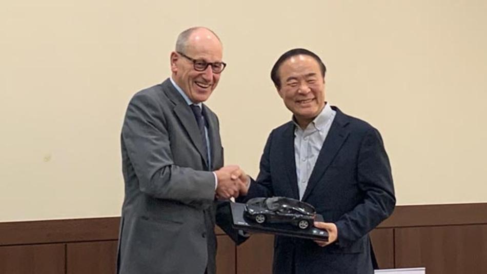Feierliche Zeremonie anlässlich der Unterzeichnung eines Langzeit-Liefervertrags zwischen BMW und Samsung SDI durch Dr. Andreas Wendt, Vorstandsmitglied für Einkauf und Lieferantennetzwerk BMW und Young-Hyun Jun, CEO von Samsung SDI.