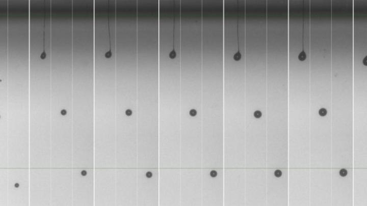 Optisches Material von Delo, gedruckt mit Xaars Hochviskositäts-TF-Technologie bei 43 °C (ca. 65 mPa·s) und mit 6 kHz im Standard-Druckbetrieb in drei Zyklen in sieben Tropfengrößen von 12 pl bis 84 pl