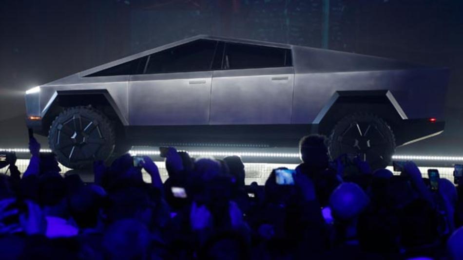 Wie von einem anderen Stern: Tesla hat einen futuristisch aussehenden Elektro-Pickup vorgestellt, mit dem der Branchenpionier in den wichtigsten Markt amerikanischer Autokonzerne vorstoßen will. Der Cybertruck hat eine ungewöhnliche dreieckige Form, die eher an einen Kampfjet als einen klassischen Pickup erinnert.