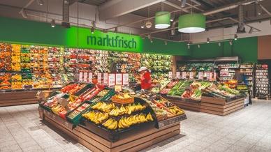Wareninszenierung und optimal ausgeleuchtete Gänge: Der famila-Markt am Timmendorfer Strand profitiert ab sofort von der  E-Line Next LED.