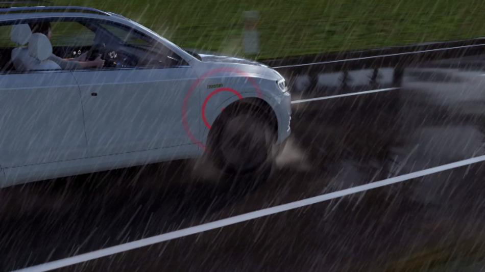 Über ein piezoelektrisches Element detektiert der Shake-Sensor Vibrationen und Luftschall von aufgewirbelten Wassertropfen und ermittelt daraus den Nässegrad zwischen Reifen und Straße.