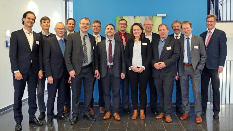 Dr. Christoph Baum (Fraunhofer IPT), Prof. Achim Kampker (PEM der RWTH Aachen), Prof. Harald Bolt (Forschungszentrum Jülich), Dr. Joachim Kloock (BMBF), Dr. Helmut Schmidt (Zentrale der Fraunhofer-Gesellschaft), Prof. Jens Tübke (Fraunhofer ICT), Dr. Peter Schroth (BMBF), Saskia Wessel (PEM der RWTH Aachen), Prof. Martin Winter (MEET an der WWU Münster), Dr. Falko Schappacher (MEET an der WWU Münster), Thorsten Menne (MKW des Landes Nordrhein-Westfalen), Prof. Hans-Martin Henning (Fraunhofer ISE) und Prof. Wessels (WWU Münster) während des Projekt-Kick-offs (v.l.n.r.).