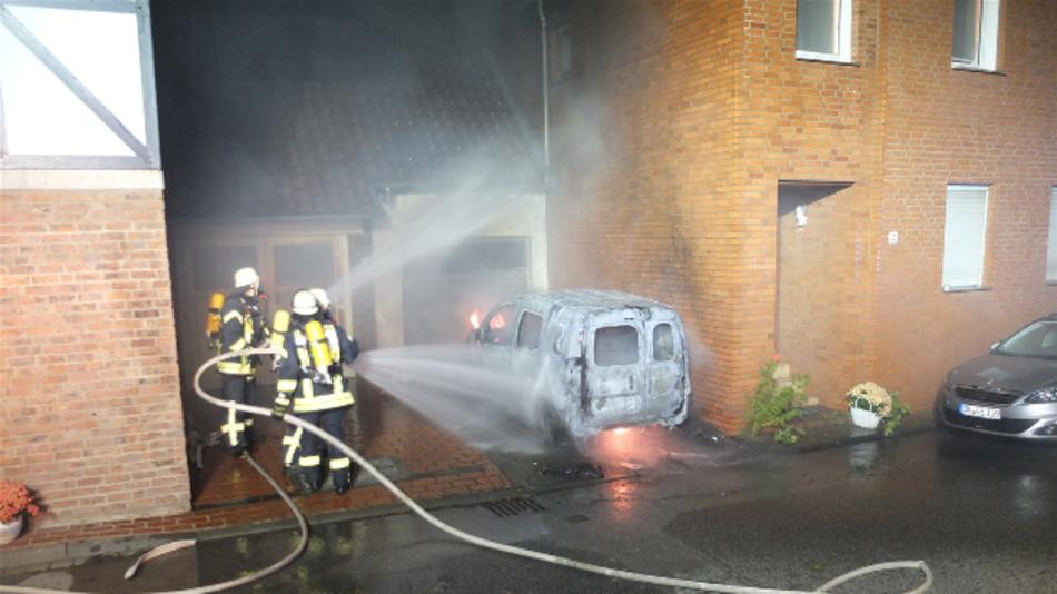 Laut der Feuerwehr sind Brände von E-Autos nicht gefährlicher als die herkömmlicher Autos, nur anders, weshalb auch anders gelöscht werden muss.
