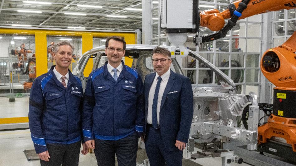 Ab 2021 läuft die Fertigung des iNEXT in Dingolfig an: Christoph Schröder, Leiter des Werks Dingolfing, Milan Nedeljkovic, Vorstand der BMW AG für Produktion und Betreibsratsvorsitzender Stefan Schmid.