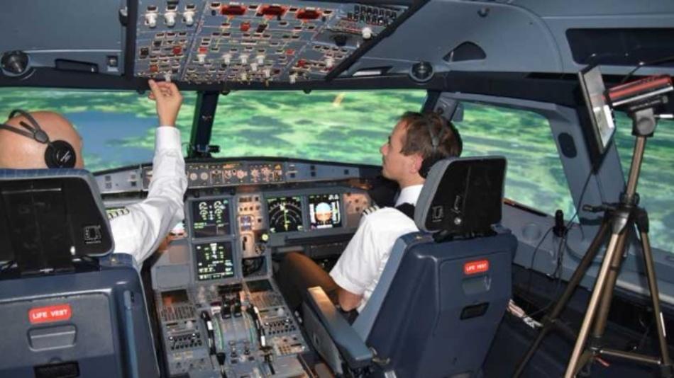 Im Cockpit eines A320-Flugsimulators zeichnet ein Eye-Tracking-System aus Kameras und Infrarot-Sensoren laufend die Blicke des Piloten (links) auf.