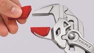 Einfach per Hand aufgesteckt sind die Knipex-Schonbacken mittels innenliegendem Rasthaken zuverlässig fixiert.