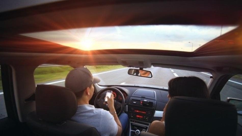 Das Handy am Steuer zu bedienen, wird mit dem autonomen Fahren keine Gefahr mehr sein. Oder doch? Laut einer umfrage sind die Meinungen zu selbstfahrenden Autos sehr gemischt.