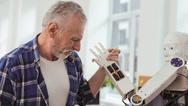 Senior Roboter Armdrücken