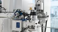 Der Femtosekundenlaser ist an die Probenschleuse montiert, wodurch eine Kontamination der Kammer während der Laserbearbeitung vermieden wird.
