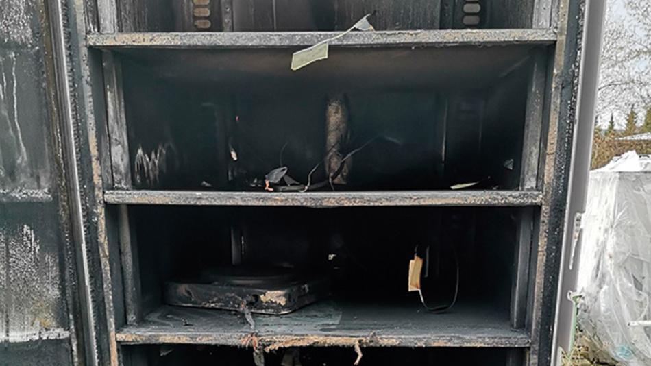 Bild 2b. Sicherheitsschrank »StrainLock« zur Lagerung von undefinierten Lithium-Ionen-Akkus nach einem Brandversuch. Das Feuer konnte dabei nicht nach außen dringen.