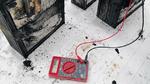 Restenergie von zerstörten Batterien wird gemessen.