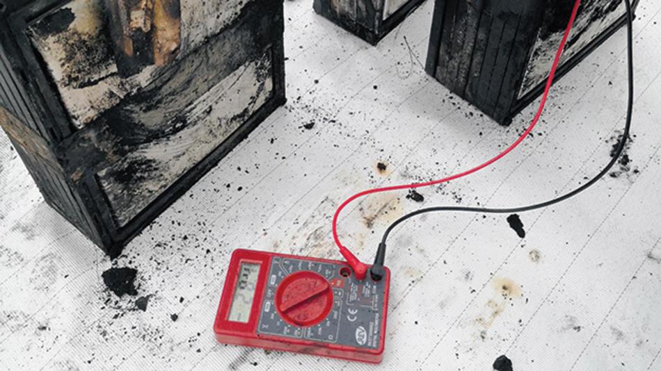 Bild 4. Auch durch Brand scheinbar zerstörte Batterien können noch viel Restenergie enthalten, wenn nicht alle Zellen betroffen waren.