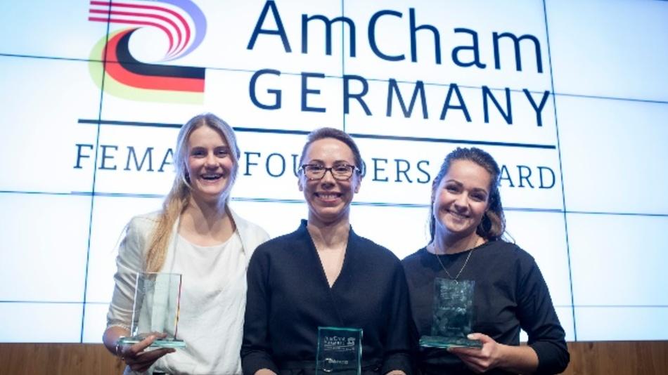 Die drei Preisträgerinnen (vlnr) Zarah Bruhn, Social-Bee; Xenia Scholl, TeleRetail; Michelle Skodowski, BOTfriends