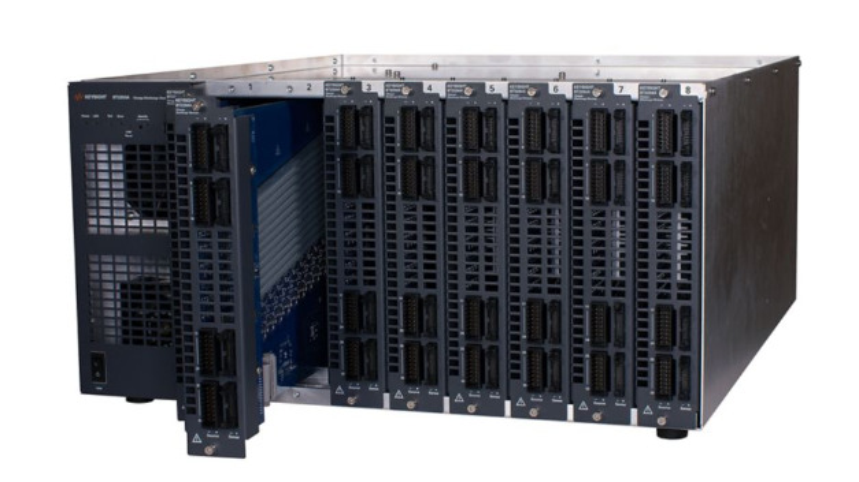 Modulares Lade- und Entladesystem BT2200 zur Zellformierung.