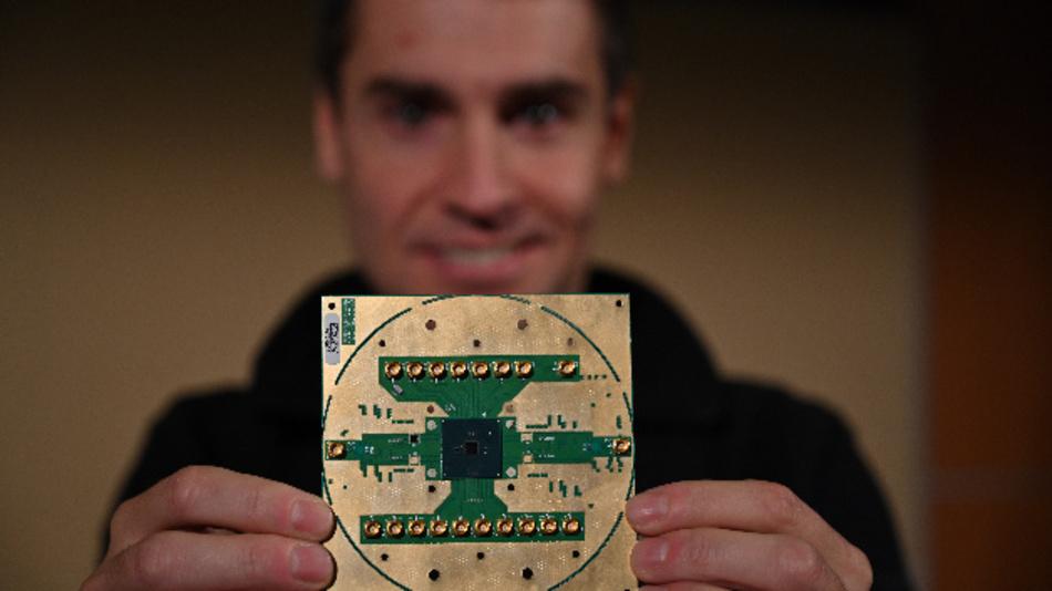 Stefano Pellerano, Principal Engineer an den Intel Labs, hält den »Horse Ridge« in seinen Händen. Der Controller-Chip arbeitet bei 4 K und ist laut Intel ein Durchbruch auf dem Weg zu skalierbaren und wirtschaftlich sinnvollen Quantencomputern, die ihr theoretisch vorhandenes Potenzial in der Praxis ausspielen können.