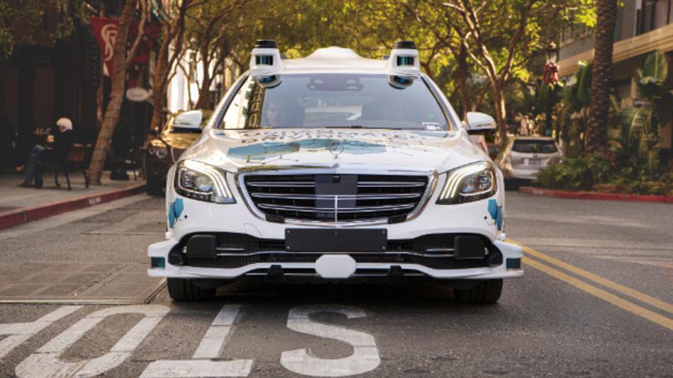 Automatisiertes S-Klasse Fahrzeug mit Fahrsystem und Software von Bosch und Mercedes-Benz.