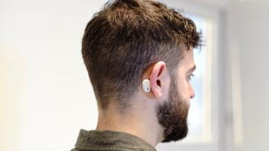 Das System wird zur Überwachung der Patienten hinter dessen Ohr angebracht.
