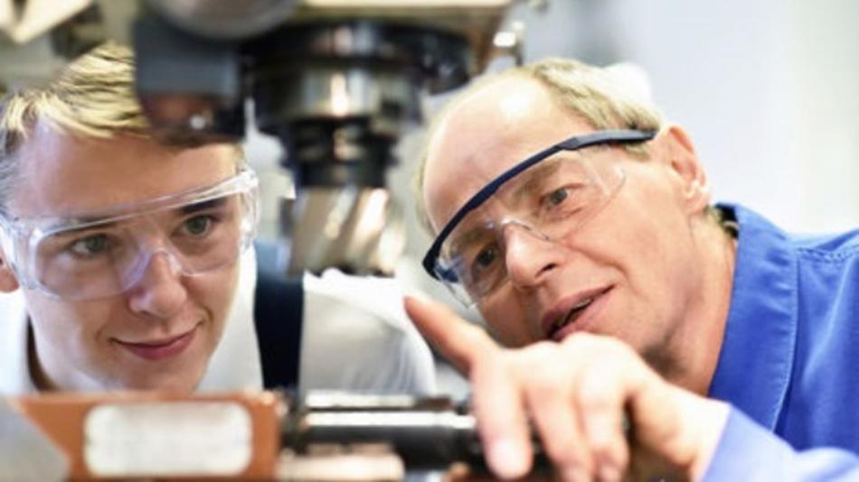 Der Fachkräftemangel beeinträchtigt die deutsche Wirtschaft heute schon und erst recht, wenn die Babyboomer ab 2020 in Rente gehen.