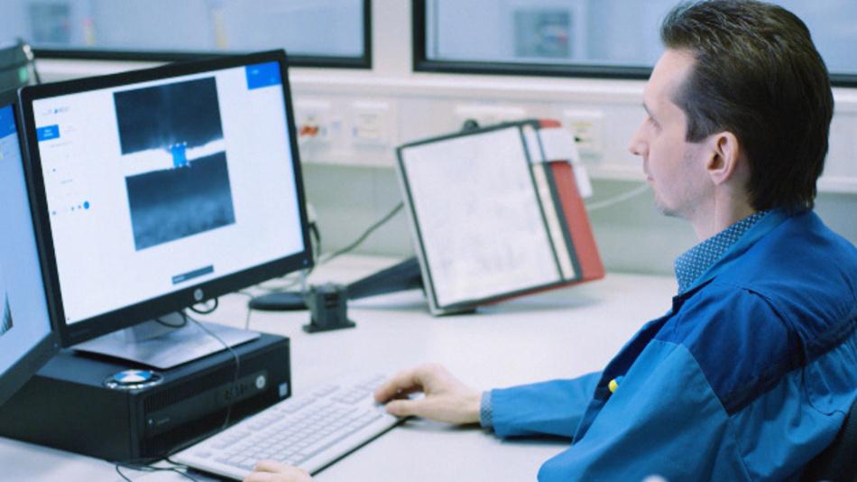 Ein BMW-Mitarbeiter markiert Fehler im Bauteil für den Aufbau der Bilddatenbank  des neuronalen Netzes.