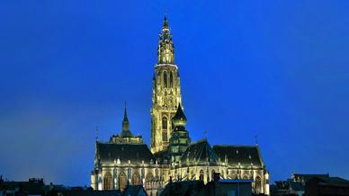 Die Antwerpener Liebfrauenkathedrale bei Nacht