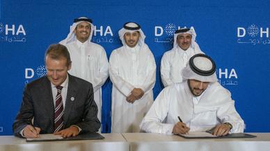CEO Dr. Herbert Diess, CEO von Volkswagen und Mansoor Bin Ebrahim Al-Mahmoud, QIA CEO von QIA, bei der Unterzeichnung des Vertrags zum »Project Qatar Mobility«.