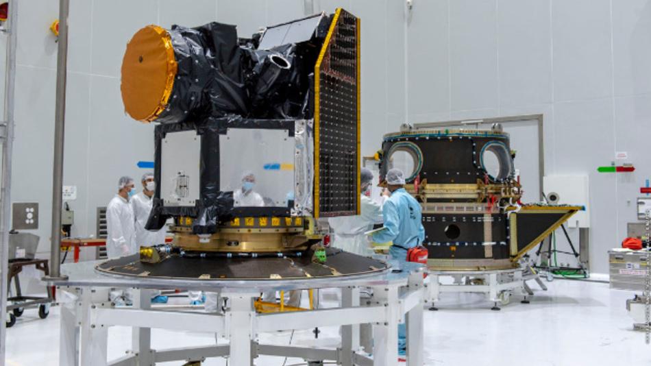 Der Satellit Cheops wird im europäischen Weltraumbahnhof Kourou für den Start vorbereitet. Cheops ist die erste Mission der ESA, die sich der Erforschung von Exoplaneten widmet.