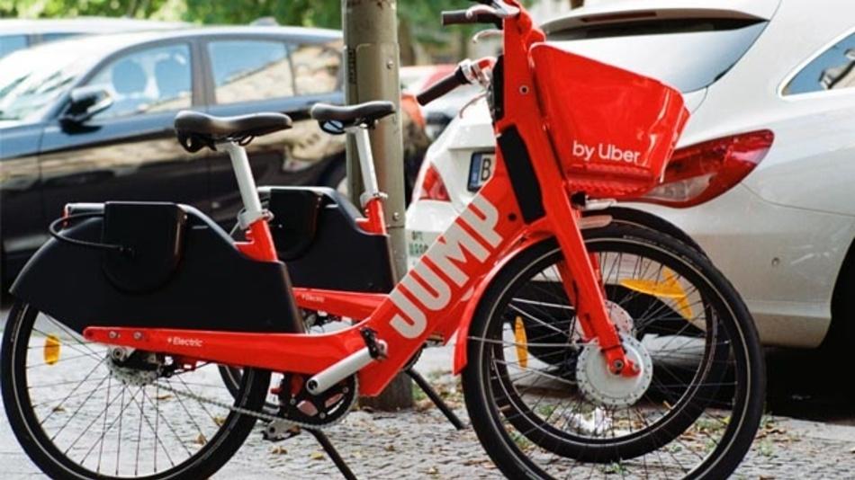 E-Bikes und E-Autos benötigen große Mengen von Lithium-Ionen-Zellen.
